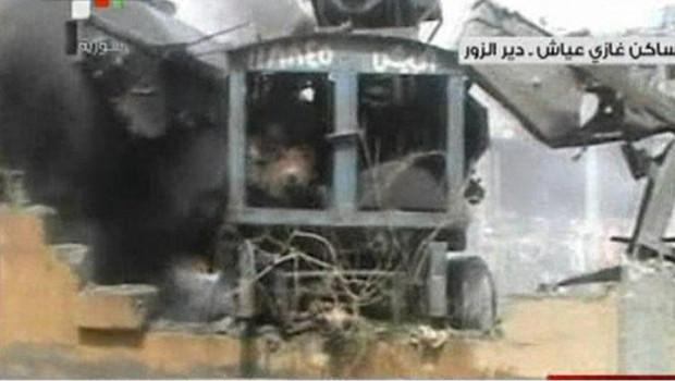 Image montrée par la télévision officielle syrienne de l'attentat à la voiture piégée à Deir Ezzor, dans l'est de la Syrie (19 mai 2012)