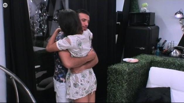 De son côté, Aymeric rejoint sa belle Leila dans la salle secrète. Les retrouvailles sont passionnées !