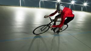 Un cycliste sur la piste d'un vélodrome (archives).