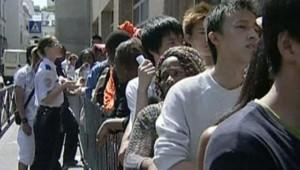 Des sans papiers font la queue au commissariat du XIVe en vue d'être régularisés. Juillet 2006. TF1/LCI