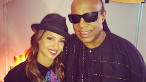 Stevie Wonder pose avec la chanteuse Tal à Vienne le 14 juillet 2014