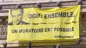 TF1 / LCI L'association écologiste Greenpeace a déployé deux banderoles sur le monument, réclamant un moratoire sur les cultures génétiquement modifiées, le 23 octobre 2007