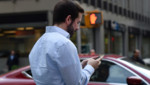Un homme naviguant sur son smartphone