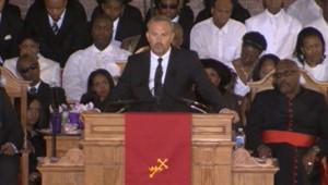 Kevin Costner a rendu un hommage à Whitney Houston lors des obsèques de la chanteuse, le 18 février 2012.