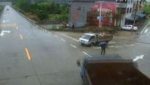 Chine : sur cet accident, un piéton échappe au pire (17/04)