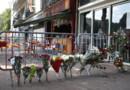 Des fleurs déposées devant le bar incendié à Rouen, où 13 personnes ont perdu la vie dans la nuit du vendredi 5 août au samedi 6 août 2016