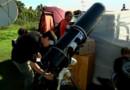 Amateur d'éclipses attendant avec son matériel sur l'île de Pâques (11 juillet 2010)