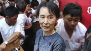 Aung San Suu Kyi fait un discours le 14 novembre 2010.