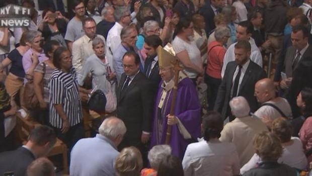 François Hollande et Mgr André Vingt-Trois applaudis à leur sortie de la cathédrale Notre-Dame-de-Paris.
