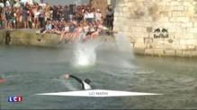 Ces plongeurs s'élancent de 27 mètres de haut lors d'une compétition à la Rochelle