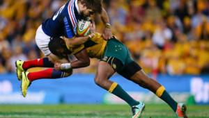 Confrontation entre l'Australien Tevita Kuridrani et le Français Hugo Bonneval lors du match Australie/France le 7 juin 2014 à Brisbane.