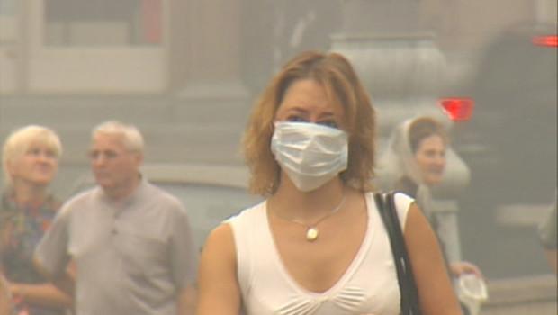 Une moscovite avec un masque, en raison de la fumée qui s'installe sur la capitale russe, le 6 août 2010.