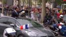 La prestigieuse avenue parisienne est fermée à la circulation mais pas aux touristes et aux badauds qui assistent à cet évènement.