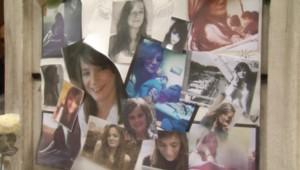 Messages de soutien et d'hommage à Agnès sur la porte du domicile parisien de ses parents.