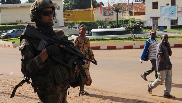 Un soldats français patrouille à Bangui, la capitale centrafricaine.