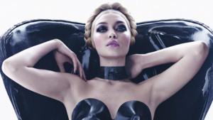 Le mannequin américain Gigi Hadid, Miss Novembre en mode bustier noir sous le thème du latex lors du Calendrier Pirelli 2015