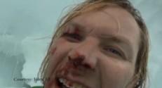 John All se filmant après sa chute dans une crevasse