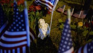 Un mémorial improvisé près d'un site des forces armées américaines à Chattanooga (Tennessee) où une fusillade a fait quatre morts