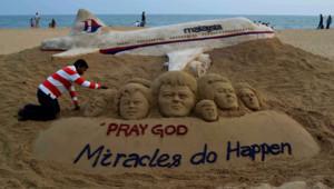 L'artiste indien Sudersan Pattnaik crée un message de soutien aux passagers du vol MH370, 9/3/14