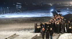 La procession des survivanst à Auschwitz
