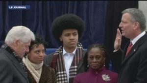 Le nouveau maire de New York, Bill de Blasio, prête serment face à Bill Clinton. (01/01/2014)