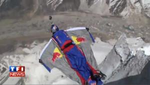 VIDEO : Il saute du haut de l'Himalaya et bat le record de base jump