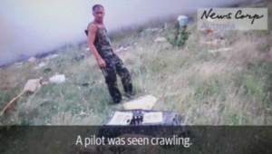 La vidéo montre des séparatistes pro-russes piller les affaires des passagers après le crash.