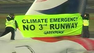 Des militants de Greenpeace manifestant sur un Boeing à Heathrow (25 février 2008)