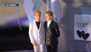 Figurines représentant un couple homosexuels mariés.