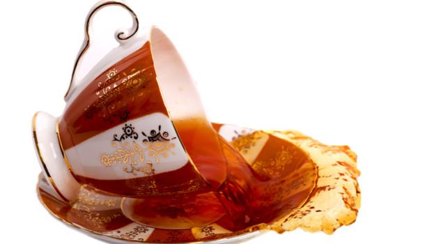 Une tasse de thé renversée (Image d'illustration)