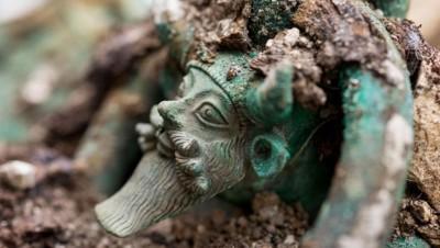 Une partie des objets est d'origine grecque et sans doute étrusque.