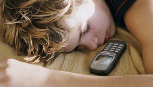 Les 3/4 des adolescents dorment avec leur téléphone portable allumé sous l'oreiller ou sur la table de chevet
