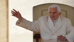 Les traits sont tirés, le visage fatigué, mais c'est avec un sourire que le pape salue la foule.