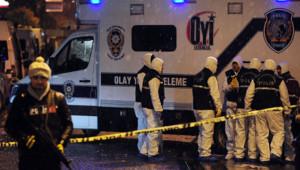 """Une femme """"kamikaze"""" est morte mardi en faisant exploser sa ceinture d'explosifs devant un poste de police du quartier touristique de Sultanahmet à Istanbul."""
