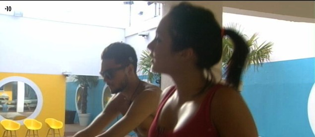 Après cette épreuve de connaissances, Émilie décide de faire un peu de sport. Alors Julien se propose de la coacher.