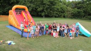 Des habitants d'un village du Tennessee se réunissent pour fêter l'anniversaire d'une petite fille