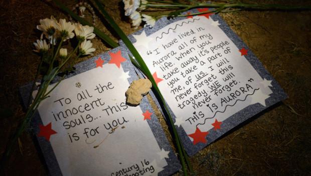 Hommage aux victimes abattues lors d'une fusillade dans un cinéma d'Aurora, au Colorado (20 juillet 2012)