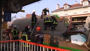 Les pompiers à pied d'oeuvre après l'accident mortel en gare de Brétigny dans l'Essonne, le 12 juillet 2013.