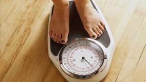 Pieds féminins sur une balance poids
