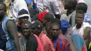 TF1/LCI Des clandestins africains arrivent aux Canaries, le 5 septembre 2006.