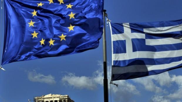 Le drapeau de l'UE et celui de la Grèce
