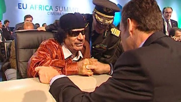 Rencontre entre Mouammar Khadafi et Nicolas Sarkozy au sommet Europe-Afrique de Lisbonne (8 décembre 2007)