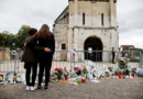 Fidèles et habitants de la région se succédaient mercredi 27/07/16 en début de soirée sur le parvis de l'église de Saint-Etienne-du-Rouvray pour rendre hommage au père Jacques Hamel