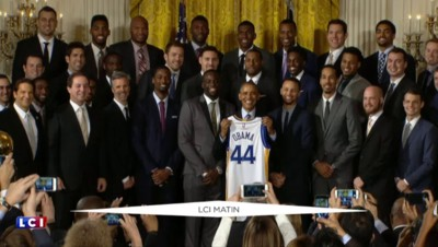 Obama reçoit un maillot des champions NBA