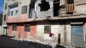 """Homs, """"capitale de la révolution"""" selon l'opposition syrienne : au milieu des immeubles bombardés, du linge sèche (février 2012)"""