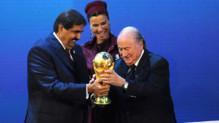 Le président de la FIFA Sepp Blatter remet symboliquement le trophée de la Coupe du monde au Qatar, désigné pays hôte pour 2022 (décembre 2010)