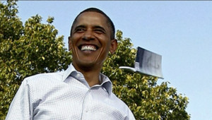 Un homme a lancé un livre en direction du président américain Barack Obama lors d'une réunion de campagne organisée à Philadelphie.