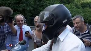 """Grèce : à cheval sur sa moto, le ministre de l'économie """"optimiste"""""""