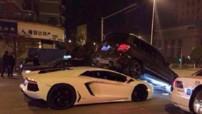 La Lamborghini Aventador passe sous un Mercedes GLK en Chine.