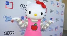 Une représentation de l'héroïne de dessin animé Hello Kitty lors d'un gala de charité
